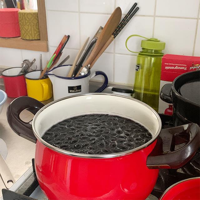 じっくりコトコト黒豆を煮る